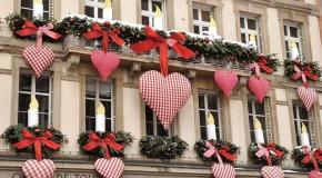 Новогоднее украшение здания в Европе
