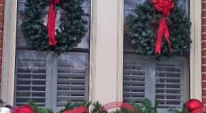 Новогоднее украшение окна снаружи дома