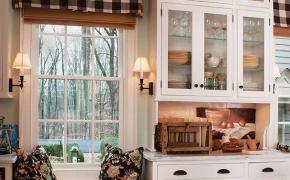 Короткие шторы для кухни в клетку