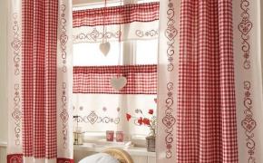 Красные шторы для кухни в клетку