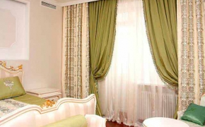 Зеленые шторы в спальне