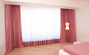 Однотонные брусничные шторы