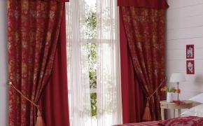 Бордовые шторы с подхватами-кистями