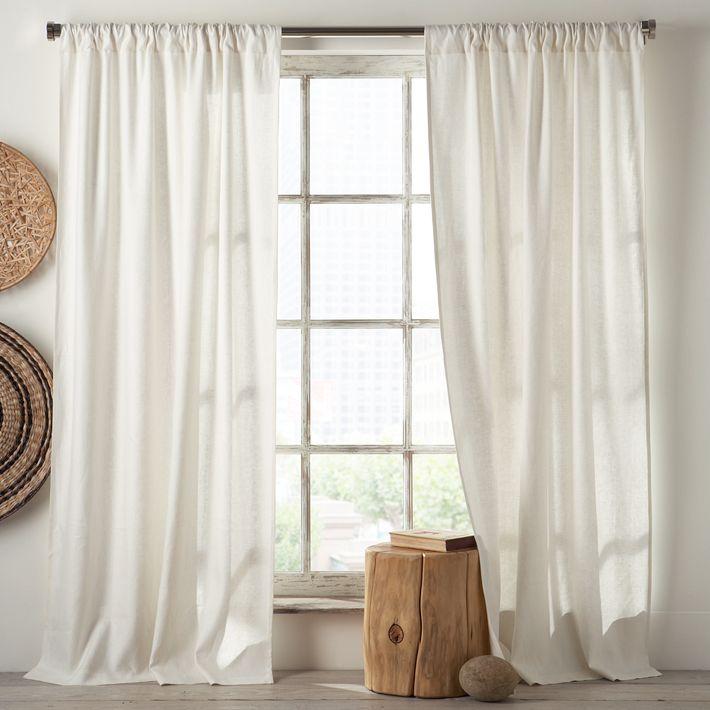 Белые шторы помогут создать особенную атмосферу