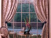 Оригинальный карниз для арочного окна