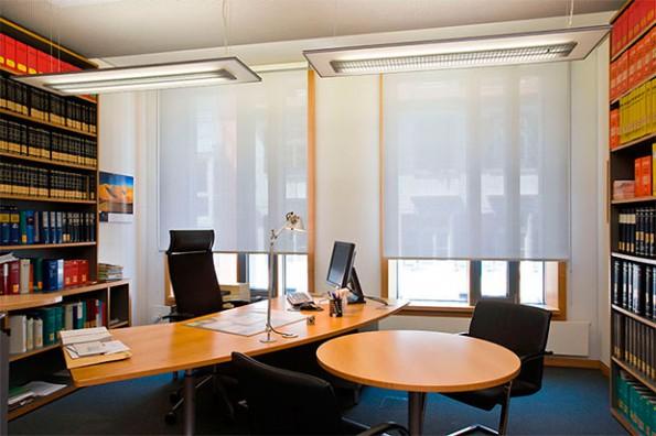 белые рулонные шторы для офиса