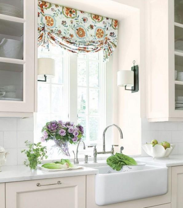 белые шторы с орнаментом на кухне