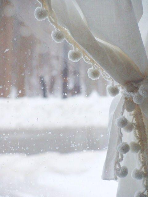 белые шторы с помпонами