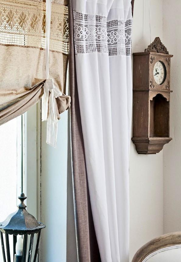 декорирование комнаты старинным часами и льняными шторами