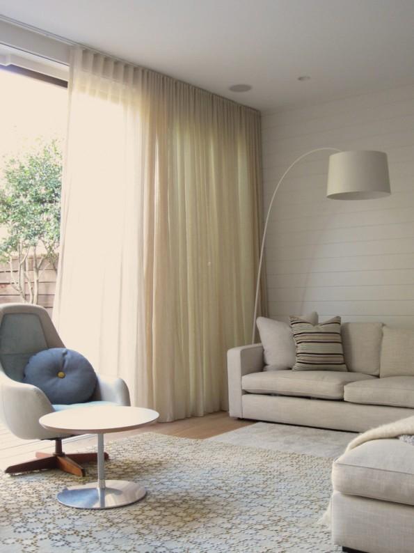 Льняные шторы в интерьере светлой гостиной