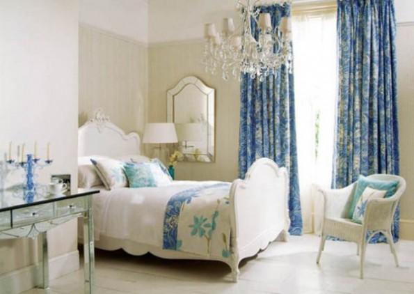 Голубые шторы в интерьере спальни