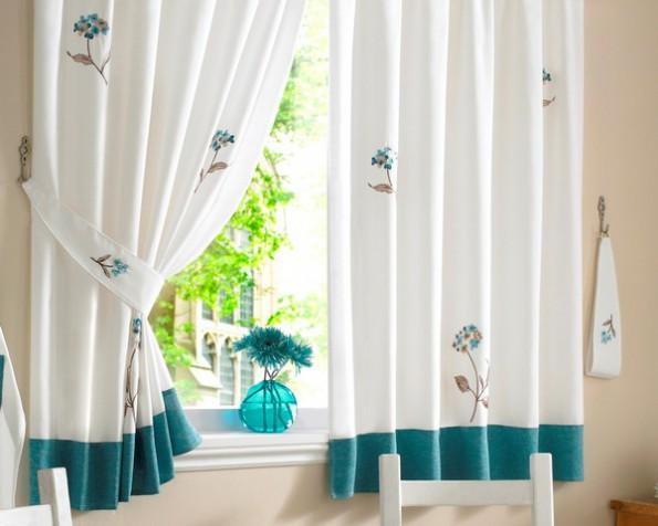 Голубые шторы в интерьере кухни