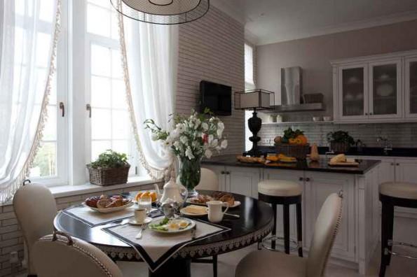 Белые шторы в интерьере кухни