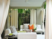Белые шторы в интерьере гостиной
