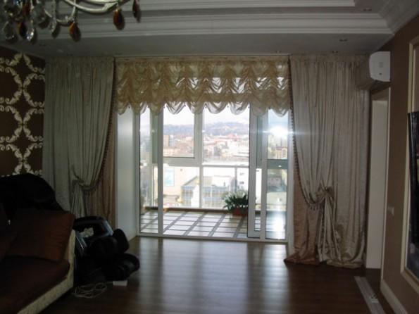 Австрийские шторы в интерьере гостиной