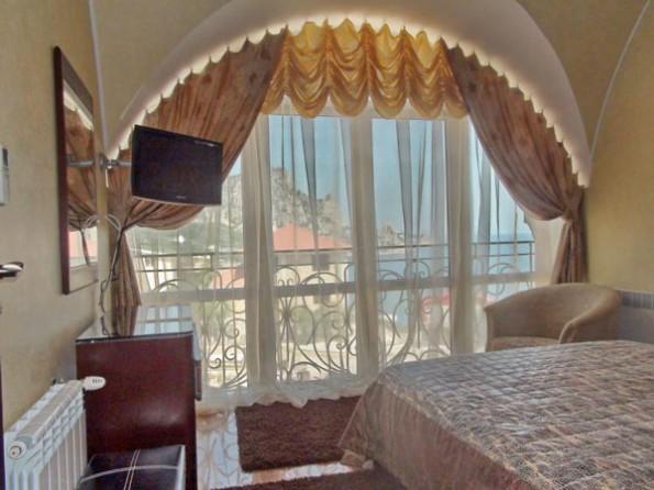 Австрийские шторы в интерьере спальни
