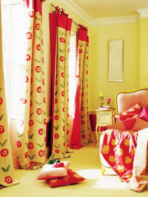 красные шторы в интерьере спальни