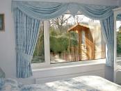 Голубые короткие шторы для спальни