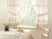 Светлые шторы для кухни